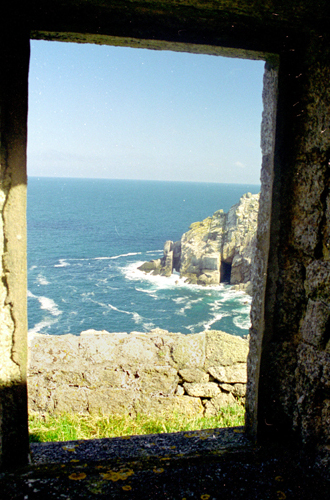 north-west seascape thru' ruin of Battery Cottages